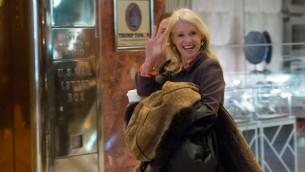 Kellyanne Conway avant une réunion avec le président américain élu Donald Trump, à la Trump Tower de New York, le 10 janvier 2017. (Crédit : Bryan R. Smith/AFP)