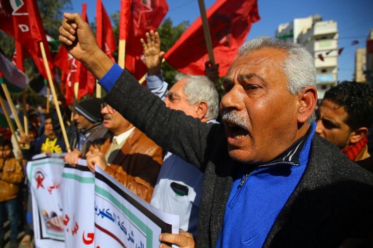 Manifestation contre les coupures de courant à Gaza ville, dans la bande de Gaza, le 12 janvier 2017. (Crédit : Mohammed Abed/AFP)