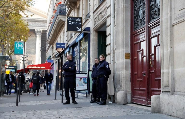Des policiers français montent la garde devant l'entrée de l'hôtel de Kim Kardashian, rue Tronchet, près de la Madeleine, après le vol des bijoux de la star, le 3 octobre 2016. (Crédit : Thomas Samson/AFP)