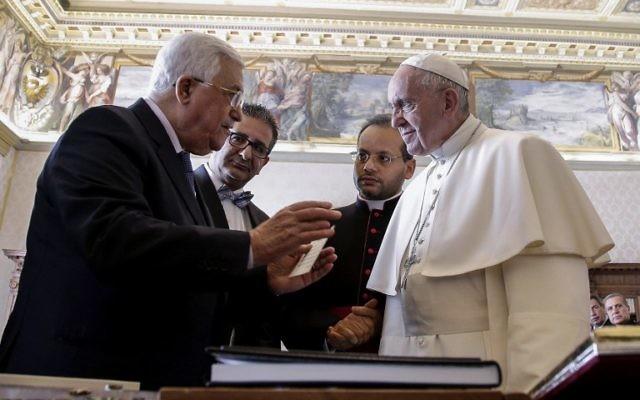 Le président de l'Autorité palestinien Mahmoud Abbas, à gauche, reçu en audience privé par le pape François, au Vatican, le 14 janvier 2017. (Crédit : Giuseppe Lami/Pool/AFP)