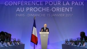 Jean-Marc Ayrault, ministre français des Affaires étrangères, inaugure la conférence pour la paix au Proche Orient organisée à Paris, le 15 janvier 2017. (Crédit : Thomas Samson/AFP)