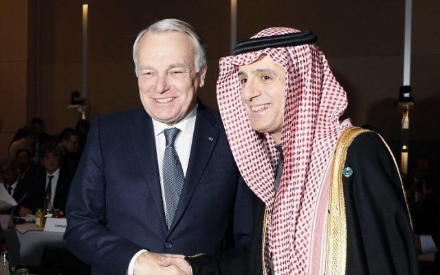 Le ministre français des Affaires étrangères Jean-Marc Ayrault, à gauche, avec son homologue saoudien Adel al-Jubeir à l'ouverture de la conférence pour la paix au Proche Orient à Paris, le 15 janvier 2017. (Crédit : Thomas Samson/Pool/AFP)