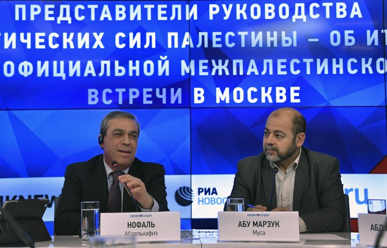 L'ambassadeur de l'Autorité palestinienne en Russie Abed al-Hafeez Nofal, à gauche, et le responsable du Hamas Moussa Abu Marzouk, en conférence de presse à Moscou, le 17 janvier 2017. (Crédit : Alexander Nemenov/AFP)