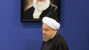 Le président iranien Hassan Rouhani lors d'une conférence de presse à Téhéran le 17 janvier 2017 pour marquer le premier anniversaire de la mise en œuvre de l'accord nucléaire (Crédit : Atta Kenare/AFP)