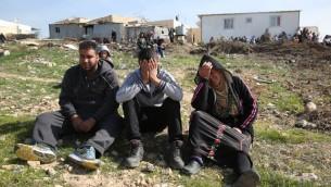 Des Bédouins en larmes après des démolitions de maisons dans le village bédouin non reconnu d'Umm al-Hiran, dans le désert du Néguev, le 18 janvier 2017. (Crédit : Menahem Kahana/AFP)