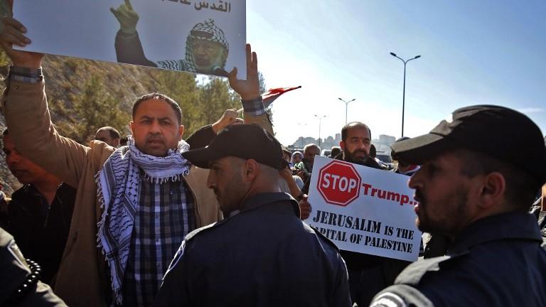 Manifestation palestinienne contre le président américain Donald Trump, à Jérusalem Est, le 20 janvier 2017. (Crédit : Abbas Momani/AFP)