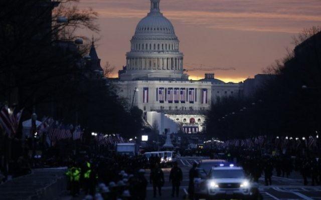 Le soleil se lève derrière le Capitole avant le début de l'Investiture présidentielle américaine de Donald Trump le 20 janvier 2017 à Washington, DC. (Crédit : AFP / Joshua LOTT)
