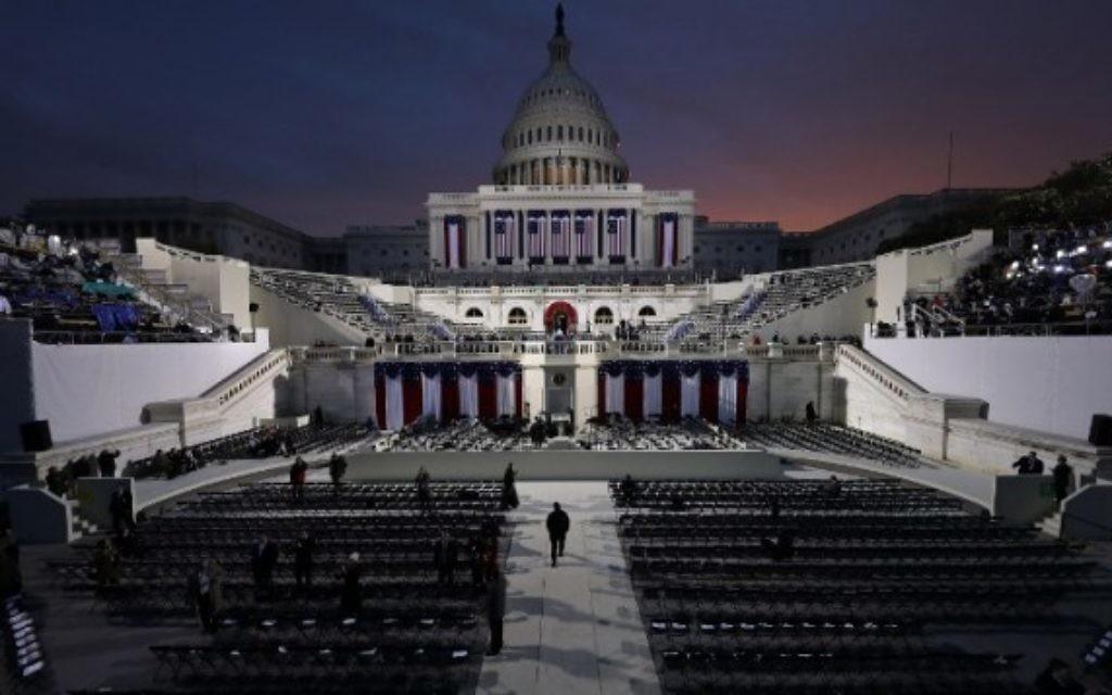Le soleil commence à monter derrière le couloir du Capitole plusieurs heures avant que Donald J. Trump prête serment en tant que 45e président des États-Unis à Washington, DC, le 20 janvier 2017. (Crédit : AFP / POOL / ANDREW GOMBERT)