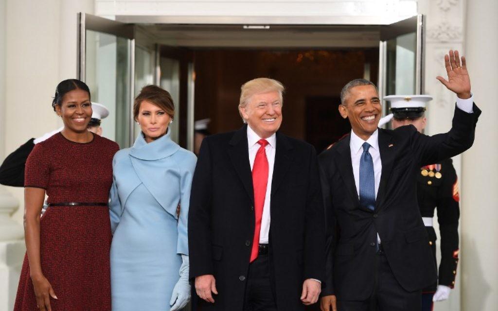 Le président américain Barack Obama (MD) et la première dame Michelle Obama (G) souhaitent la bienvenue à Donald Trump (2ème D) et son épouse Melania à la Maison Blanche à Washington, DC le 20 janvier 2017. (Crédit : AFP / JIM WATSON)