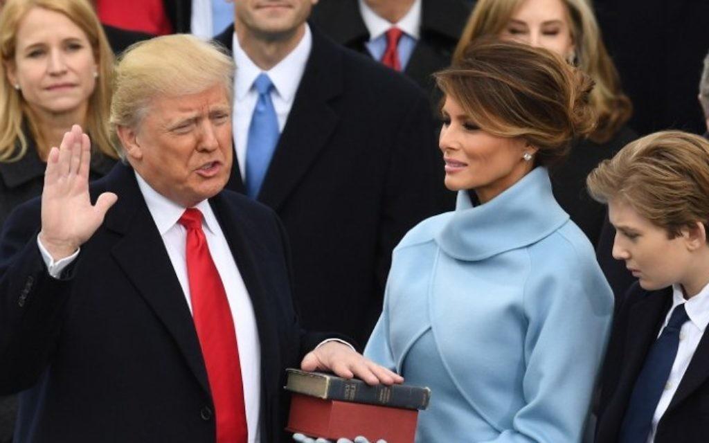Le président élu des États-Unis, Donald Trump, prête serment comme 45e président au Capitole des États-Unis, à Washington, D.C., le 20 janvier 2017/ (Crédit : Mark Ralston/AFP)