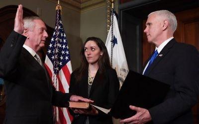 Le vice-président américain Mike Pence, à droite, fait prêter serment au secrétaire à la Défense James Mattis, à Washington, D.C., le 20 janvier 2017. (Crédit : Jim Watson/AFP)