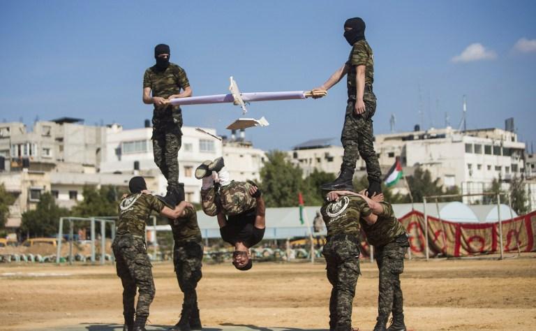 Des membres des forces de sécurité palestiniennes du Hamas pendant la cérémonie de fin d'un programme de formation militaire du Hamas, à Gaza Ville, le 22 janvier 2017. (Crédit : Mahmud Hams/AFP)