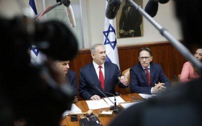 Le Premier ministre  Benjamin Netanyahu, au centre, pendant la réunion hebdomadaire du cabinet à Jérusalem, le 22 janvier 2017 (Crédit : Ronen Zvulun/Pool/AFP)