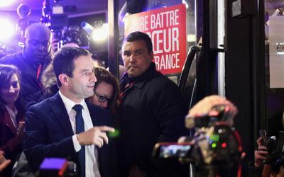 Benoît Hamon, candidat à la primaire présidentielle de la gauche française, à son arrivée à son QG de campagne après sa victoire au premier tour de la primaire, le 22 janvier 2017. (Crédit : Bertrand Guay/AFP)