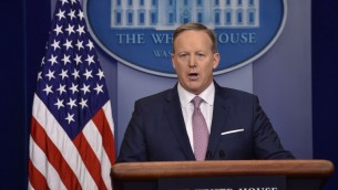 Sean Spicer, attaché de presse de la Maison Blanche, pendant la conférence de presse quotidienne de la Maison Blanche, le 23 janvier 2017. (Crédit : Nicholas Kamm/AFP)