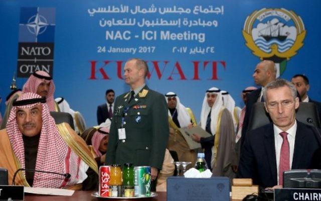 Le secrétaire général de l'OTAN, Jens Stoltenberg, et le vice-premier ministre koweïtien Sheikh Sabah al-Khaled al-Sabah à Koweït le 24 janvier 2017 (Crédit : AFP PHOTO / Yasser Al-Zayyat)