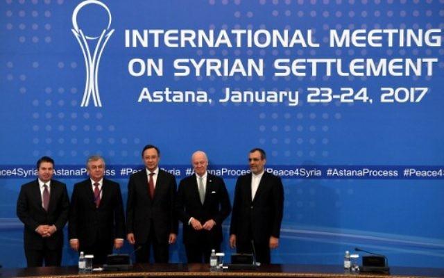De gauche à droite : Le vice-ministre adjoint de la diplomatie turque, Sedat Onal, l'envoyé spécial de la Russie pour la Syrie Alexander Lavrentiev, le ministre kazakh des Affaires étrangères Kairat Abdrakhmanov, l'envoyé syrien Staffan de Mistura et le ministre adjoint des Affaires étrangères Hossein Jaber Ansari posent après l'annonce d'une déclaration finale sur la Syrie À Astana le 24 janvier 2017 (Crédit : AFP PHOTO / Kirill KUDRYAVTSEV)