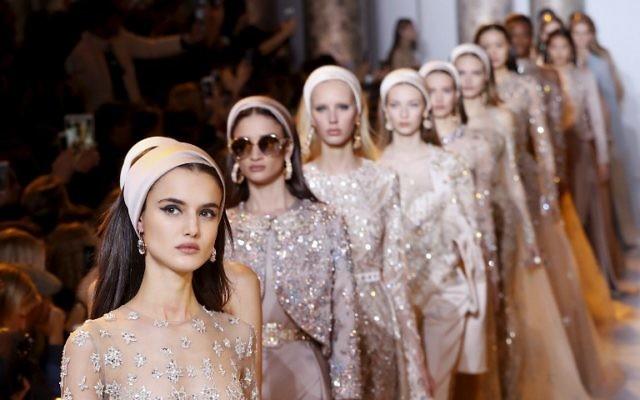 Les modèles présentent des créations d'Elie Saab lors de la collection Haute Couture printemps / été 2017, le 25 janvier 2017 à Paris. (Crédit : AFP / FRANCOIS GUILLOT)