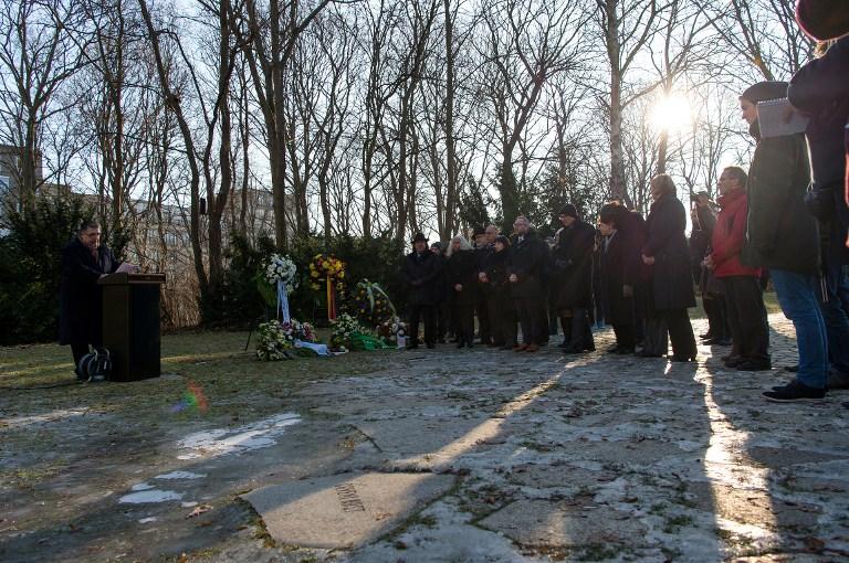 Les gens assistent à une cérémonie de commémoration au Mémorial de Berlin aux victimes  du national-socialisme le 27 janvier 2017, la Journée internationale du Souvenir de l'Holocauste. (Crédit : AFP / dpa / Monika Skolimowska / Allemagne OUT)