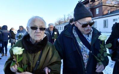 Le 27 janvier 2017, pendant la Journée internationale du Souvenir de l'Holocauste, Pavel Kohn (d) et son épouse Rut Kohn arrivent pour déposer des fleurs à l'ancien camp de concentration nazi de Buchenwald près de Weimar, dans l'est de l'Allemagne. (Crédit : AFP PHOTO / dpa / Martin Schutt / Allemagne OUT)