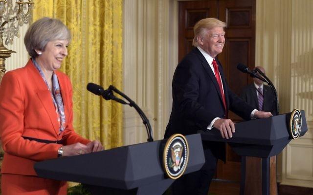 La Première ministre britannique, Theresa May, lors d'une conférence de presse conjointe avec le président américain Donald Trump dans la salle Est de la Maison Blanche, le 27 janvier 2017. (Crédit : Mandel Ngan/AFP)