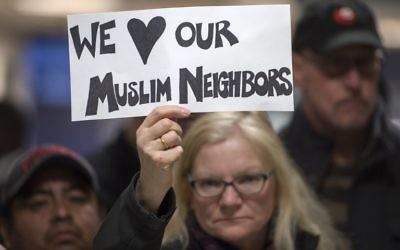 Manifestation dans le terminal des arrivées internationales de l'aéroport Dulles de Sterling, en Virginie, le 28 janvier 2017. (Crédit : Paul J. Richards/AFP)