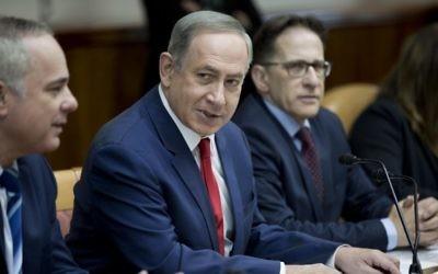 Le Premier ministre Benjamin Netanyahu, au centre, pendant la réunion hebdomadaire du cabinet dans ses bureaux, à Jérusalem, le 29 janvier 2017. (Crédit : Abir Sultan/Pool/AFP)
