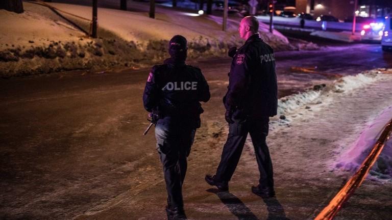 La police canadienne déployée sur les lieux d'une fusillade dans la mosquée du Centre islamique culturel de Québec, le 29 janvier 2017. (Crédit : Alice Chiche/AFP)