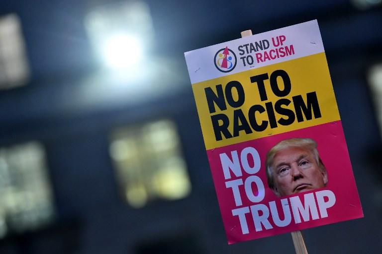Manifestation devant la résidence officielle de la Première ministre britannique pour protester contre la visite d'Etat du président américain Donald Trump prévue en 2017, à Londres, le 20 janvier 2017. (Crédit : Ben Stansall/AFP)