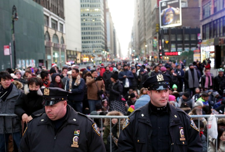 La police déployée à Times Square, à New York, pour les festivités du Nouvel An 2017, le 31 décembre 2016. (Crédit : Yana Paskova/Getty Images/AFP)