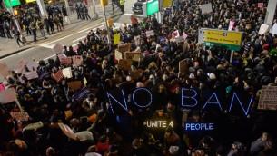 Manifestation contre l'interdiction d'entrée des musulmans aux Etats-Unis à l'aéroport international John F. Kennedy de New York, le 28 janvier 2017. (Crédit : Stephanie Keith/Getty Images/AFP)
