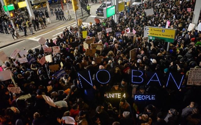 Manifestation contre l'interdiction d'entrée des musulmans aux Etats-Unis à l'aéroport international John F. Kennedy de New York, le 28 janvier 2017. (Crédit : Stephanie Keith/Getty Images/AFP)