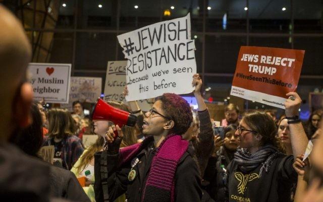 Manifestation contre le nouveau décret anti-immigré du président américain Donald Trump à l'aéroport international de Logan, à Boston, le 28 janvier 2017. (Crédit : Scott Eisen/Getty Images/AFP)