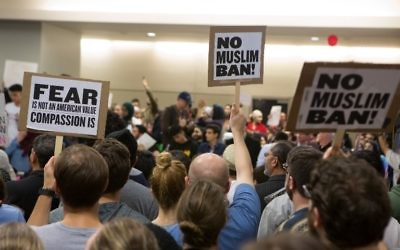 Manifestation à l'aéroport de Dallas, au Texas, contre le décret anti-réfugiés signés par le président américain Donald Trump, le 28 janvier 2017. (Crédit : G. Morty Ortega/Getty Images/AFP)
