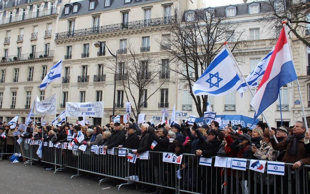 À l'appel de différentes organisations juives, plusieurs centaines de manifestants se sont rassemblés ce dimanche 15 janvier à Paris. (Crédit : Glenn Cloarec/Times of Israel)