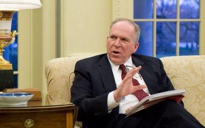 John Brennan dans le Bureau ovale de la Maison Blanche en janvier 2010. (Crédit : Pete Souza - The White House/Domaine public/WikiCommons)