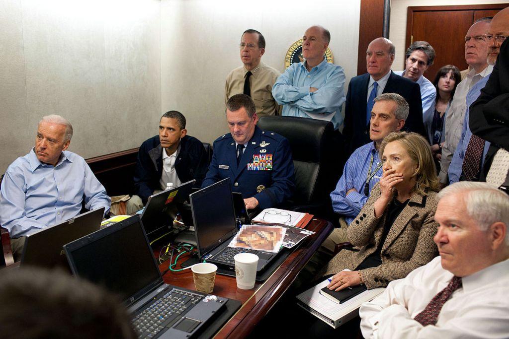 La Situation Room de la Maison Blanche pendant l'opération contre Oussama Ben Laden, en mai 2012. Sont notamment présents le vice-président Joe Biden, le président Barack Obama, la secrétaire d'Etat Hillary Clinton. (Crédit : Pete Souza - Maison Blanche/Domaine public/WikiCommons)