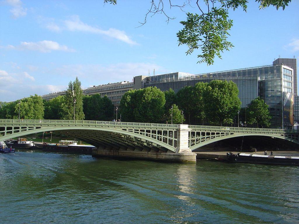 L'Institut du monde arabe en bord de Seine, à Paris. Illustration. (Crédit : David Monniaux/CC BY-SA 3.0/WikiCommons)