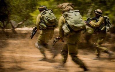Soldats israéliens pendant l'opération Bordure protectrice dans la bande de Gaza, le 4 août 2014. Illustration. (Crédit : unité des porte-paroles de l'armée israélienne)