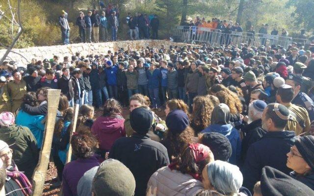 Funérailles d'Orez Orbach, cadet tué dans un attentat terroriste au camion bélier à Jérusalem le 8 janvier 2017, au cimetière militaire de Kfar Etzion, le 9 janvier 2017. (Crédit : Facebook/StandWithUs)