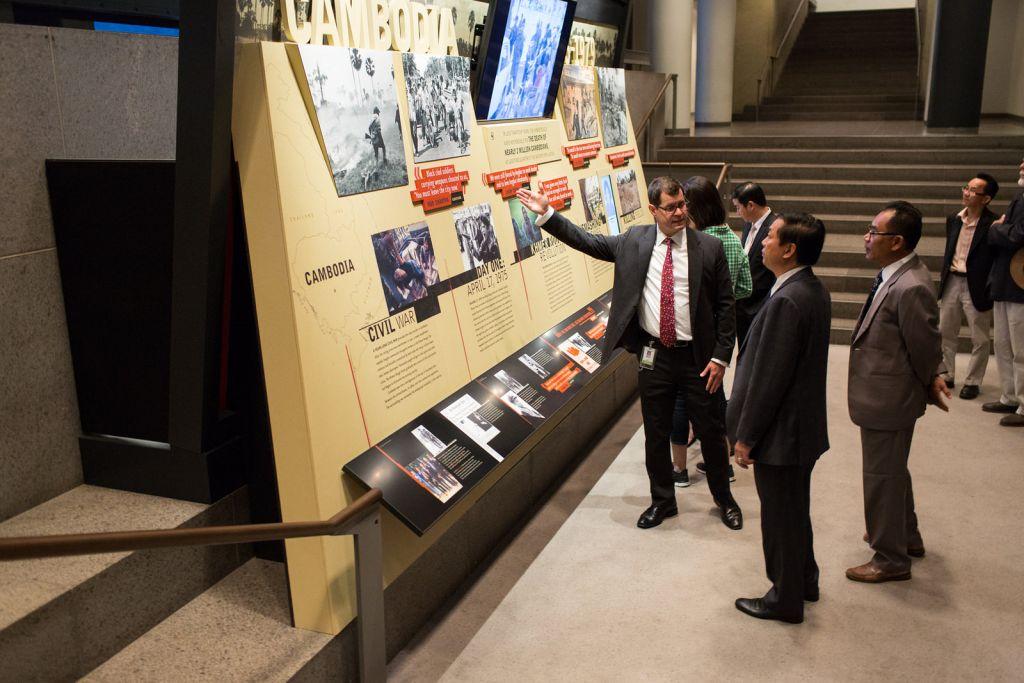 L'accueil et le programme pour l'ouverture, le 27 mai 2015, de deux nouvelles expositions spéciales consacrées au Cambodge au Musée du mémorial de l'Holocauste à Washington. Le conservateur de l'exposition Greg Naranjo s'entretient avec Son Excellence Hab Touch et des invités sur la nouvelle exposition du musée. (Holocaust Memorial Museum de Washington)