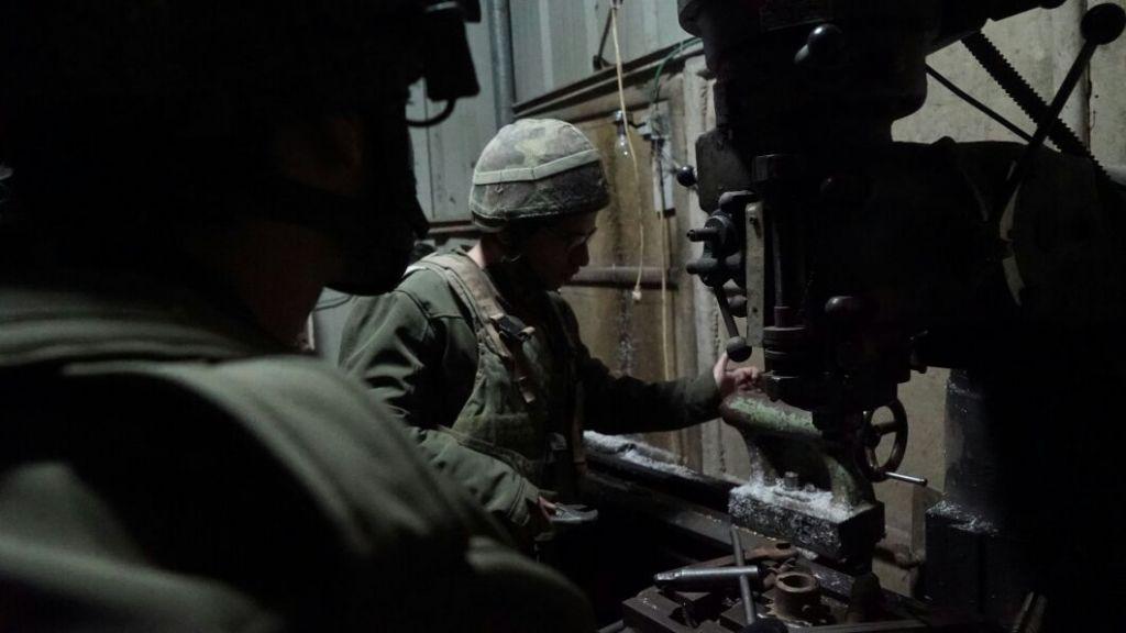 Des soldats israéliens saisissent une machine qui serait utilisée pour fabriquer des armes illégales, à Hébron, en Cisjordanie, le 26 janvier 2017. (Crédit : unité des porte-paroles de l'armée israélienne)