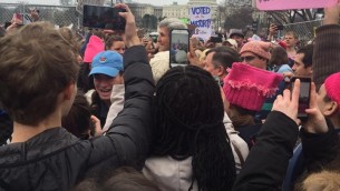 John Kerry pendant la manifestation anti-Trump à Washington, D.C., le 21 janvier 2017. (Crédit : Karen Paul-Stern)