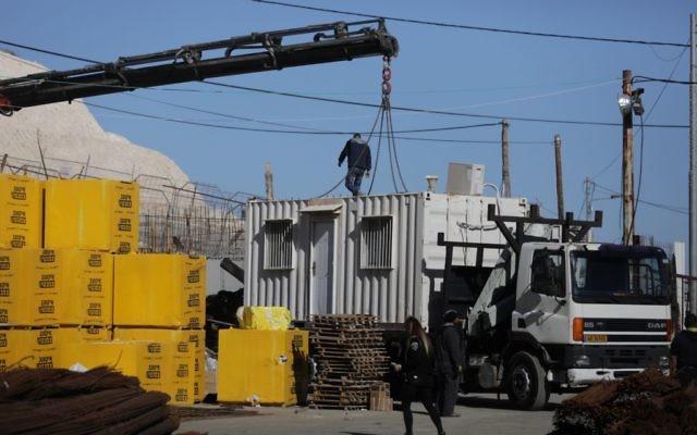 Démantèlement d'une structure temporaire installée sans autorisation dans le quartier de Jabel Mukaber, à Jérusalem Est, le 11 janvier 2017. (Crédit : Flash90)