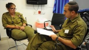 Un officier spécialiste en santé mentale avec une soldate. Illustration. (Crédit : Branche Technologique et Logistique de l'armée israélienne)