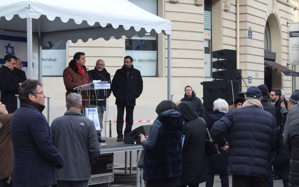 Pierre Lellouche, député de Paris, lors de son discours hué par moment par plusieurs manifestants, le 15 janvier 2017 (Crédit : Glenn Cloarec/Times of Israël)