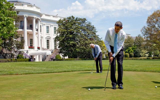 Le président américain Barack Obama et son vice-président Joe Biden jouent au golf à la Maison Blanche, le 24 avril 2009. (Crédit : Pete Souza - Maison Blanche/Domaine public/Flickr)