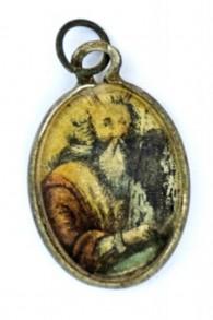 Une plaque de métal recouverte de verre et portant l'image de Moïse avec les Dix Commandements, retrouvée dans le camp d'extermination de Sobibor. (Crédit : Yoram Haimi/Autorité israélienne des antiquités)