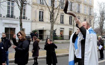 Un manifestant qui sonne le chofar à la conférence de paix de Paris, le 15 janvier 2017 (Crédit : Glenn Cloarec/Times of Israel)
