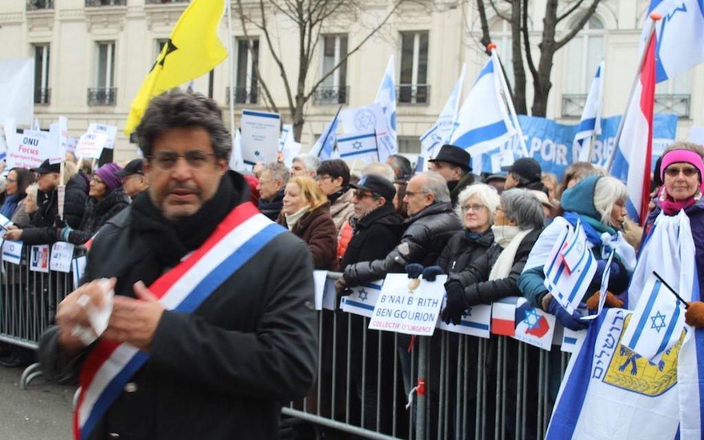 Meyer Habib, député de la 8e circonscription des Français établis hors de France, au début de la manifestation à Paris contre la conférence de Paix (Crédit : Glenn Cloarec/Times of Israël)